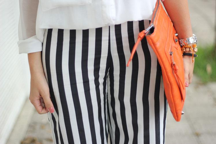 riped-pants-zara-calca-listrada-listras-preto-e-branco-black-and-white-stripes-tendencia-listras-camisa-branca-bolsa-laranja-oculos-espelhados-laranja6