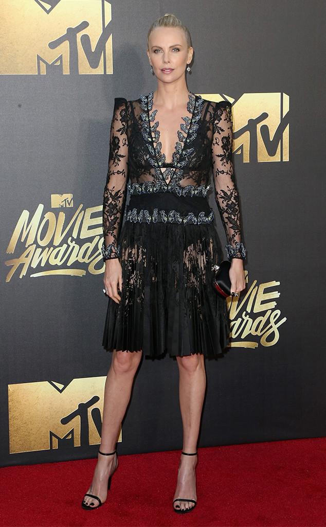 Charlize Theron apareceu deslumbrante em um vestido de Alexander McQueen de renda bordado com borboletas.