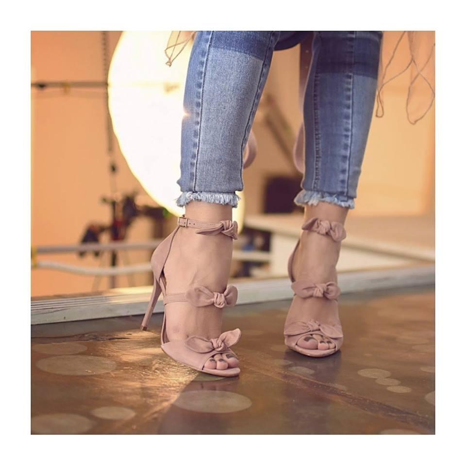 9069b7f91 Se prepare pra encontrar muito rosa seco e nude. Assim como essa sandália  com lacinhos. A equipe do Blog Flamboyant ama!!!