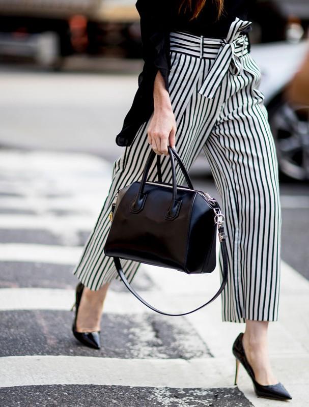 c6a679615 Quanto ao estilo, a maior vantagem de usar essas bolsas neutras é que você  poderá soltar ainda mais a criatividade no look e usar peças mais  chamativas no ...