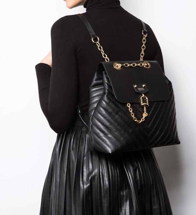 8793cf7f3 Pra quem tem um estilo mais despojado, uma mochila preta como esta, da nova  coleção da Schutz, é perfeita.