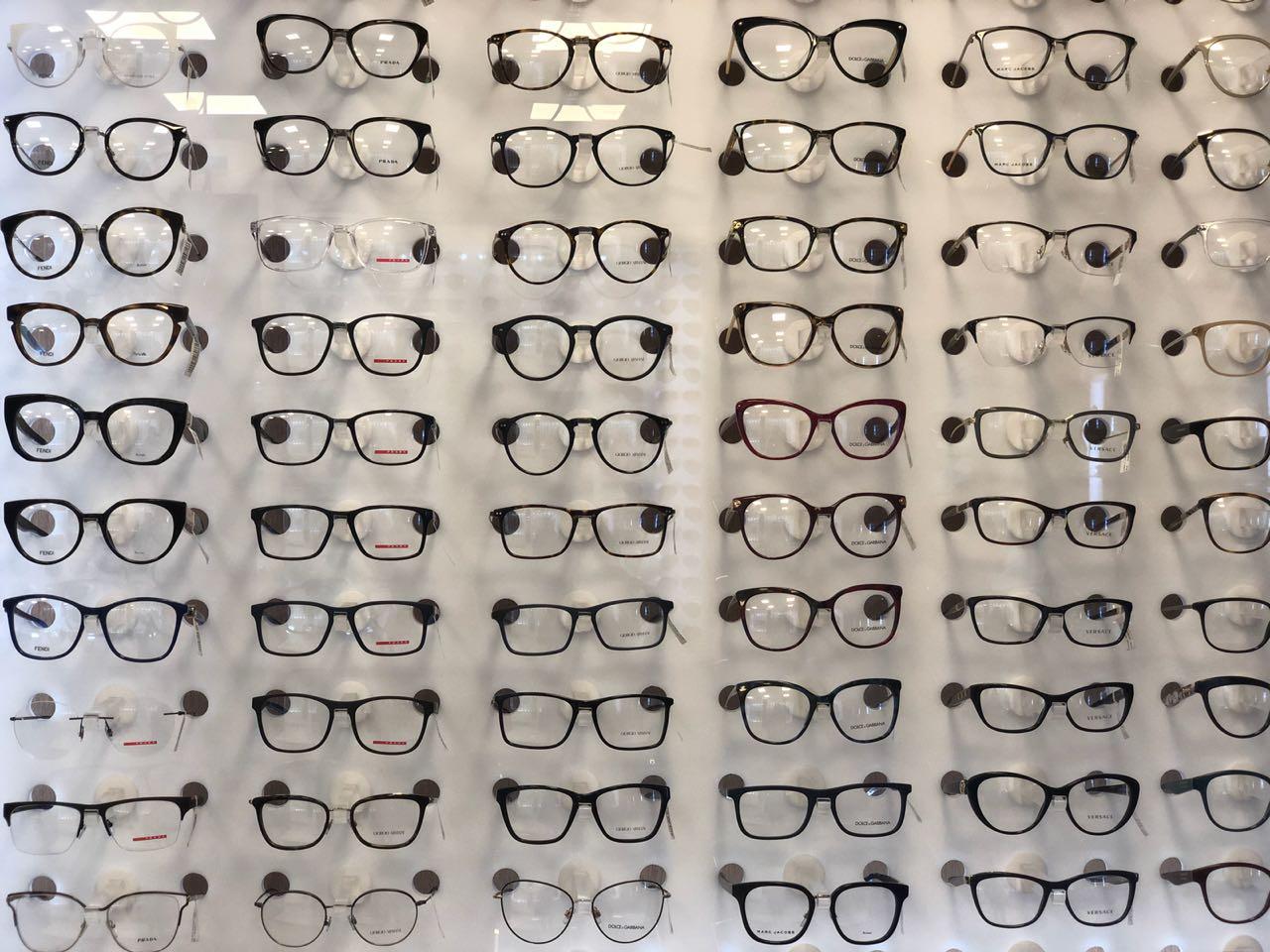 f67fc9a3e Um Trend alert para você: Os óculos de gatinho com shape retrô futurista  são super cool e famosas como Gigi Hadid e Katy Perry já aderiram o modelo  que ...